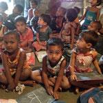 Les tout-petits des quartiers pauvres reçoivent une collation à l'école. Ceci rend l'école attractive car la plupart du temps les enfants n'ont qu'un seul repas par jour.