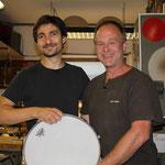 Übergabe einer besonderen Snare nach der Fertigstellung von Troyan Chef Alexander Zachow