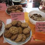 Bananen-Kokosnuss-Muffins, Erdnussbutter-Cookies und Chocolate-Chip-Cookies