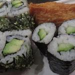 Nr. 1 Kappa Maki (Gurken) & Nr. 5 Veggie Roll (Avokado, Sesam, Kräutermix) & Nr. 13 Inari (süßliche Tofu-Tasche mit Reis)