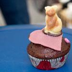 Schokoladen-Kuchen-Rezept in vielerlei feinen Figuren, und zwar neben der traditionellen Kastenform auch als Muffins: a) Diese Mieze hält cool die Stellung und beobachtet das rege Treiben um sie herum.
