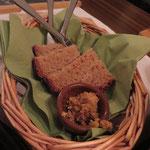 Selbstgebackenes Brot mit hausgemachtem Brotaufstrich zum Naschen