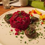 Mit Walnuss-Granatapfelmus gefüllte Champignos & Rote-Bete-Tabouleh