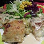 Gemüse-Strudel mit Tofu, Sojasahnesoße und Salat
