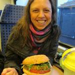 mit einem selbstkombinierten veganen Burger gut gestärkt für die Zugfahrt nach Wiesbaden