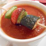 Scharfe Tomatensuppe mit Gemüsespieß