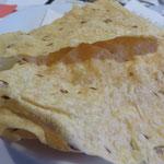 Knuspriges, hauchdünnes Brot zum Knabbern und Dippen, während wir neugierig auf unser Essen warten, plaudern und plaudern ...
