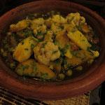 Unser klarer Favorit: die eigens für uns auf Vorbestellung zubereitete vegane Gemüse-Tajine mit Kartoffeln, Blumenkohl, grünen Oliven, Möhren, Zucchini, Zwiebeln und und und