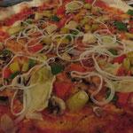 Der Bestellhit in unserer Runde: Pizza Vegetaria mit veganem Käse (Wilmersburger Pizzaschmelz)