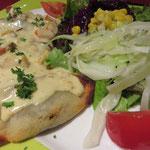 Kartoffelravioli mit Pilzfüllung, Kürbis-Sojasahnesoße und Salat