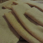 Injera (traditionelles eritreisches Brot, das zu allen Speisen gereicht wird - und sehr praktisch zum Mit-der-Hand-Essen der Speisen ist!)
