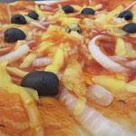 Flammkuchen mit Tomatensoße und veganem Käse