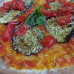 Pizza-Parade, Vorhang auf: Pizza Con Melanzane (Auberginen, Tomaten, Basilikum)