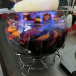 Immer wieder ein magischer Moment, wenn der mit Rum beträufelte Zuckerhut bläuliche Flammen schlägt und schmilzt.