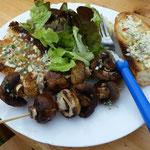 Und hier ein Teller, gut gefüllt mit Grillgut und Salat.