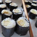 Tofu- und Gurken-Sushi - nur eine kleine Auswahl der herzhaften Speisen.