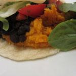 ... Süßkartoffelmus in den Schwarze Bohnen-und-Süßkartoffel-Burritos.