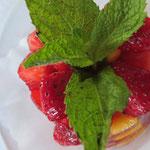 Wir sind gerade passend da, um in den Genuss dieses saisonalen Nachtischs zu kommen: Erdbeer Mango