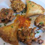 Samosa und vegetarische Pakora mit verschiedenen Gemüsesorten