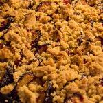 Passend zum Spätsommer: Zwetschgen-Streuselkuchen (dazu gab es Soja-Sahne)