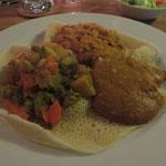 Von den Hauptspeisen kann man sich aber auch 3 aussuchen. Hier ein paar Tellerbeispiele, beginnend mit ALITSCHA (Eintopf aus Kartoffeln, Karotten, Zwiebeln, grünen Bohnen, Weißkohl und milden Peperoni), BRSIN und SHIRO ROT (gemahlene Kichererbsen in pikan
