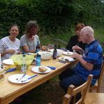 Im Grünen vor unserer Hütte, in so netter Runde, lässt es sich bestens tafeln.