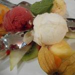 Sorbetteller mit frischen Früchten - ein Gedicht, das sich auf der regulären Karte befindet ...