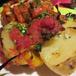 Ofenkartoffel mit Gemüse, Tomatensoße und Pesto