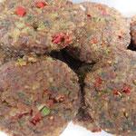 Alles vegan, bio und roh, d. h. unter 42 Grad hergestellt! Hier eine kleine Auswahl unseres üppigen Mitbring-Picknicks: BBQ-Veggie-Burger