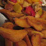 Ritterteller auf die vegane Art (Sojawürfel mit Paprika, Pilzen und Zwiebeln in Chilisauce, dazu Wedges)