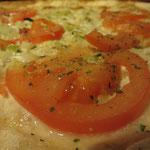 """Flammkuchen """"Basilikum"""" mit Zwiebeln, Tomaten, Kräuterlingen und natürlich frischem Basilikum"""