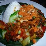 Tempe & Sayuran Bumba Kecap (Tempe mit Gemuese in Wok geschwenkt, Reis & Acar)