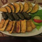 drei Vorspeisen gleich praktisch und optisch hübsch zusammen bestellt: Auberginen und Zucchini (jeweils ohne Zaziki) und mit Reis gefüllte Weinblätter, auch ohne Hackfleisch köstlich