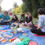 So saßen und aßen wir also gemeinsam bei prächtigem Sommerwetter im Grünen.
