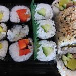 Maki Vegi: Oshinko (japanischer Rettich), Shitake (Paprika), Kappa (Gurken); California Maki: Magocado (vegetarisch)