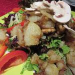 Deftiger Salat mit Petersilienvinaigrette, Bratkartoffeln und Nüssen