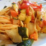 Hartweizenspaghetti mit Schmorgemüse