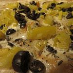 """Flammkuchen """"Mediterran"""" mit milden Peperoni, schwarzen Oliven und Kräutern der Provence"""