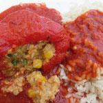 Gefüllte Paprika mit Weizen und Soja auf Tomatensoße und Reis