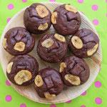 Saftige Schoko-Bananen-Muffins, wundervoll von Tatjana mit Bananen-Chips und Schokostückchen dekoriert