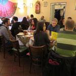 Ein Teil unserer glücklichen Runde: Mit knapp 40 Leuten haben wir das gesamte Restaurant eingenommen. Was für ein leckerer, geselliger und inspirierender Rekord, passend zum dreijährigen Jubiläum vom Vegi-Stammtisch Saarbrücken!