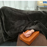 施術は主にベッドで横になり、リラックスした状態で行います。