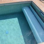 Rolllade auf einem Außenpool, Abdeckungsfarbe: grau
