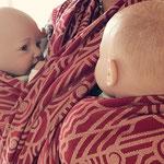 Een fijne buikknoop voor tweelingdragen, even met de poppen oefenen.