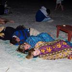 Betrunken im Strand herumliegen, trägt nicht unbedingt zur eigenen Sicherheit bei.