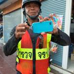 Polizisten ind Thailand sind sehr freundlich und hilfsbereit. Vorausgesetzt sie sprechen selbstbewusst englisch.