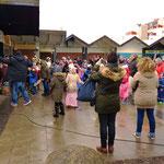 Tanz und Gesänge zu Beginn der Veranstaltung auf dem Place de Caen