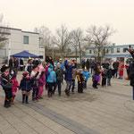 Vor dem eigentlichem Faschingszug brachte Dino die Kinder mit Gesang und Tänzen in Stimmung