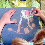 """Nun versuchen die Kleinen sich selbst an einem """"Kunstwerk"""""""