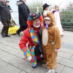 Der Clown mit einem maskierten Kind